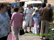 rozneglizowana kobietka chodzui po mieście