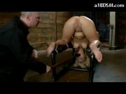 Masturbowanie zdominowanej i związanej cipki
