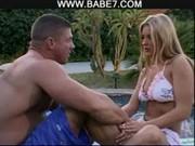 Blondynka z koksem nad basenem